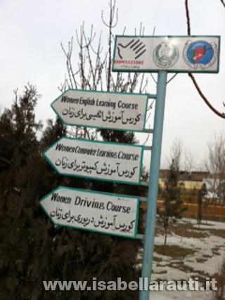 kabul-giardino-donne-cartelli-percorso-scuola-guidag_ok
